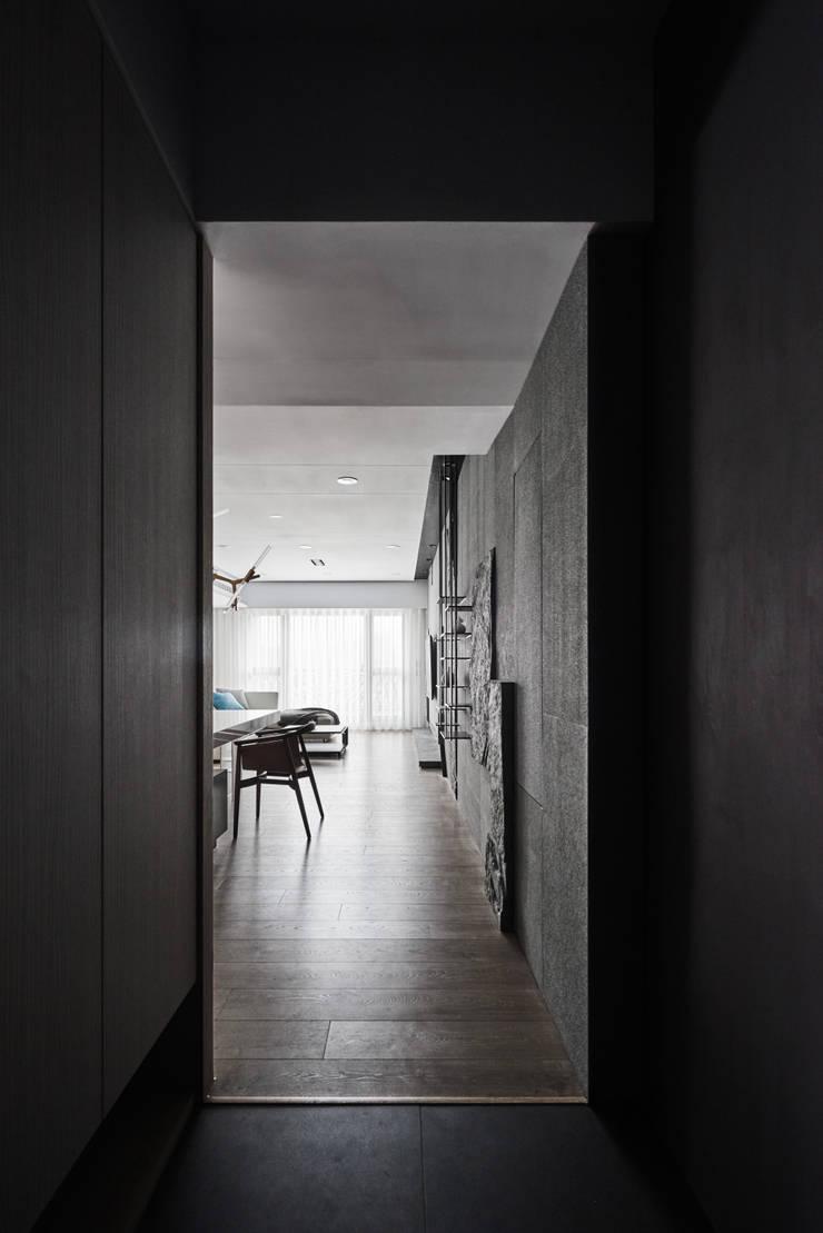 Pasillos y vestíbulos de estilo  de 思維空間設計