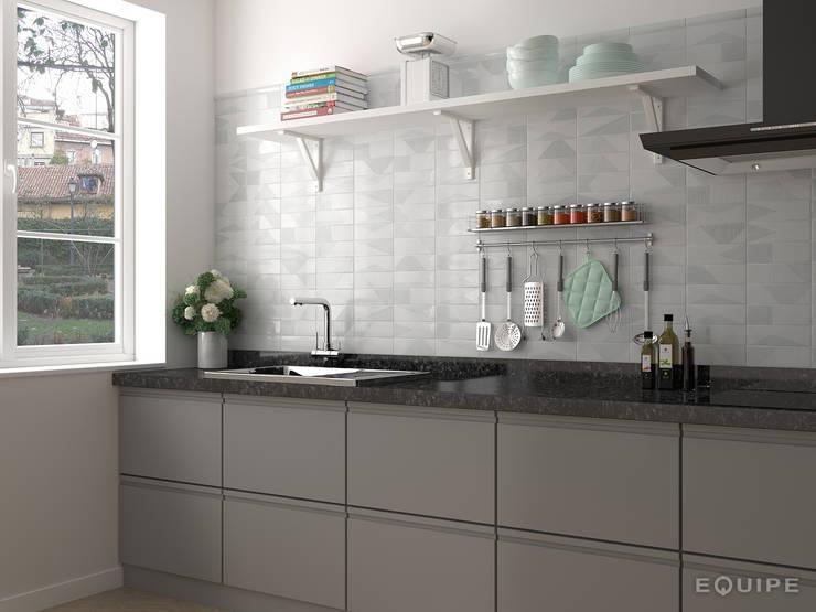 Fragments White 6,5x20 cm.: Cocinas de estilo moderno de Equipe Ceramicas