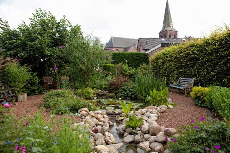 Groene tuin met natuurlijke vijver:   door Mocking Hoveniers