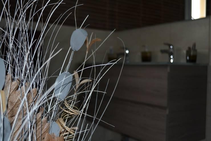 Aménagement de l'espace et décoration d'intérieur - Maison témoin - Drôme (26): Salle de bains de style  par KREA Koncept