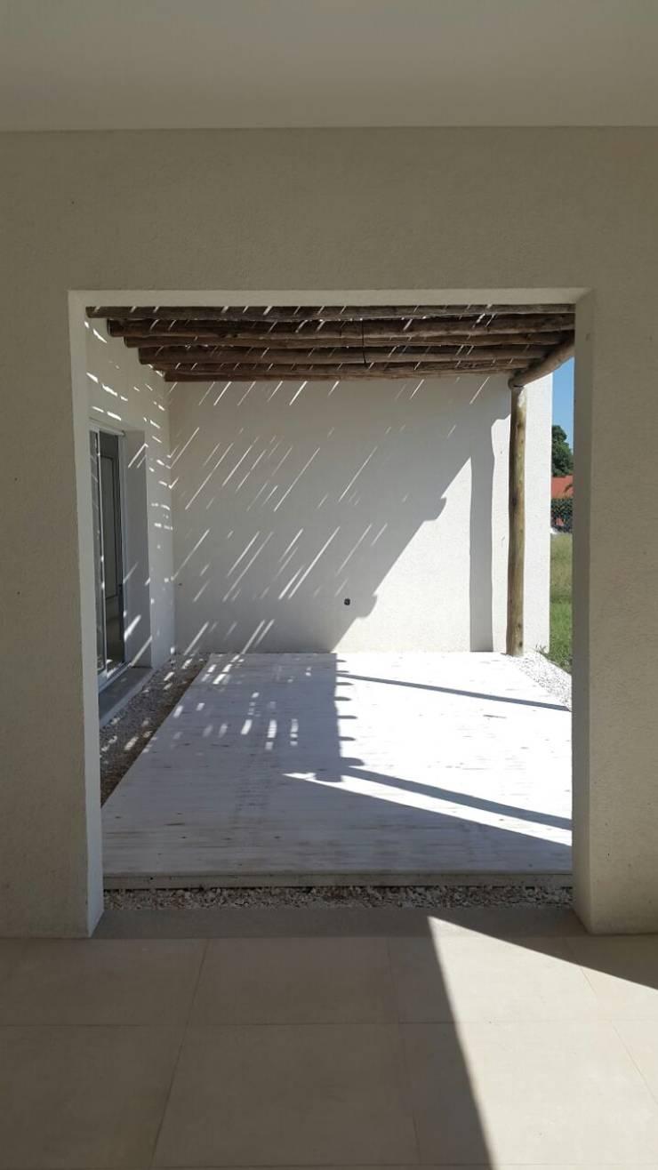 La Cardera: Casas de estilo  por Estudio Victoria Suriguez,