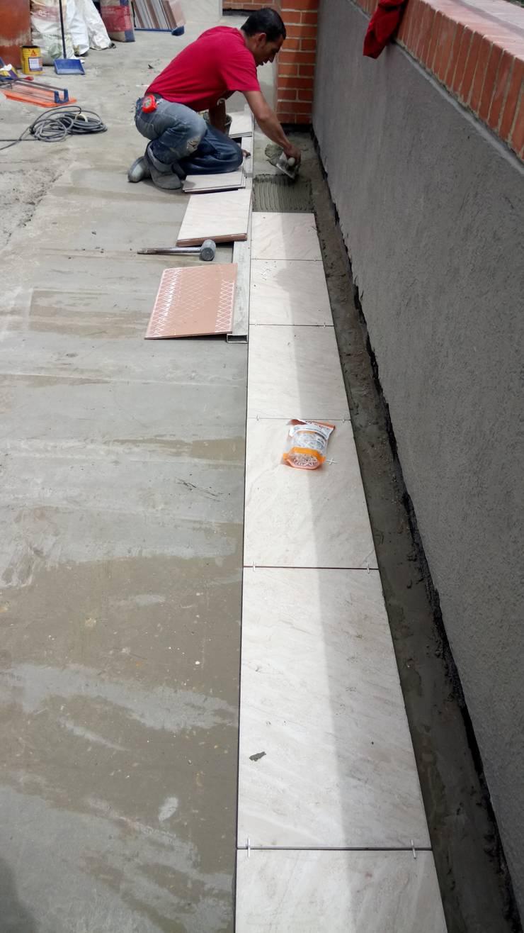 cerámica para exteriores: Terrazas de estilo  por CELIS & CELIS INGENIEROS CONSTRUCTORES S.A.S