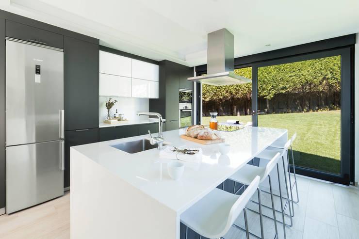 Cocinas equipadas de estilo  por Santiago Interiores - Cocinas Santos