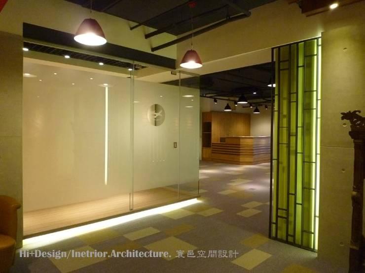 會議室入口:  牆面 by Hi+Design/Interior.Architecture. 寰邑空間設計