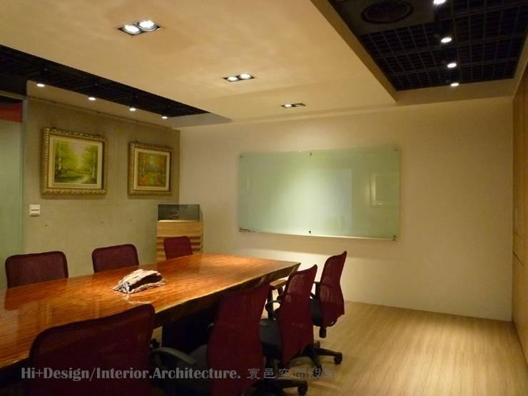 會議室內部-1:  書房/辦公室 by Hi+Design/Interior.Architecture. 寰邑空間設計