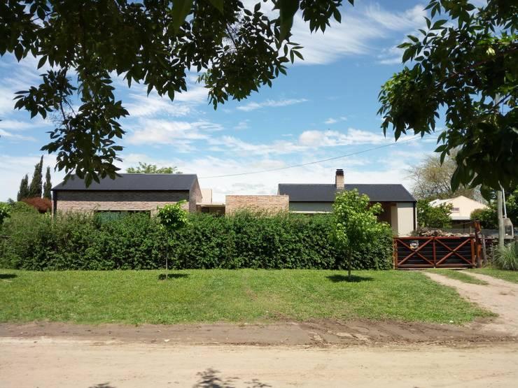 Casa con los estilos mezclados...: Casas unifamiliares de estilo  por Marcelo Manzán Arquitecto