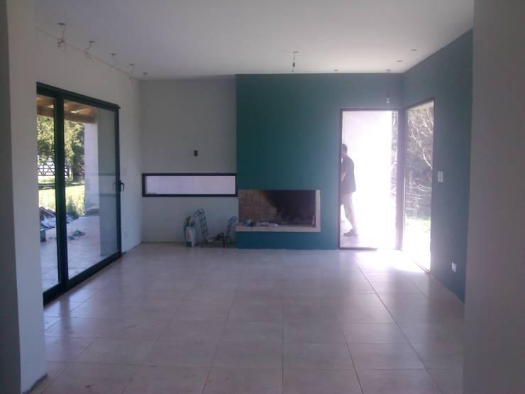 Casa con los estilos mezclados… : Casas unifamiliares de estilo  por Marcelo Manzán Arquitecto