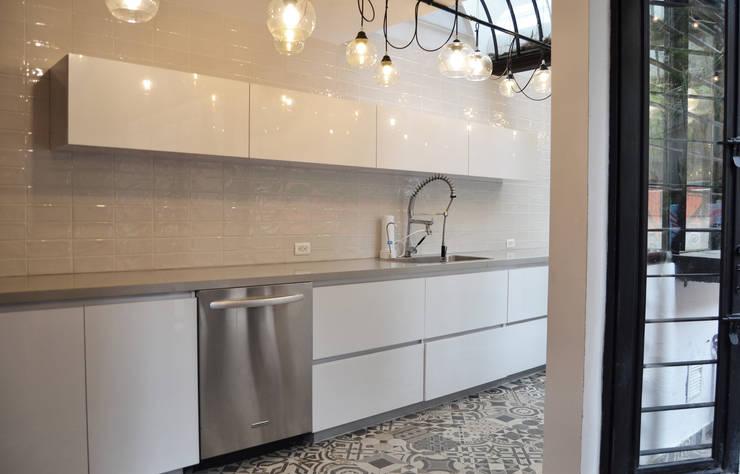 APARTAMENTO CIRCUNVALAR: Cocinas de estilo  por santiago dussan architecture & Interior design