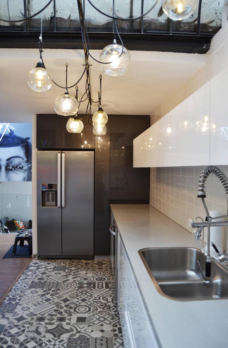 APARTAMENTO CIRCUNVALAR: Cocinas de estilo  por santiago dussan architecture & Interior design,