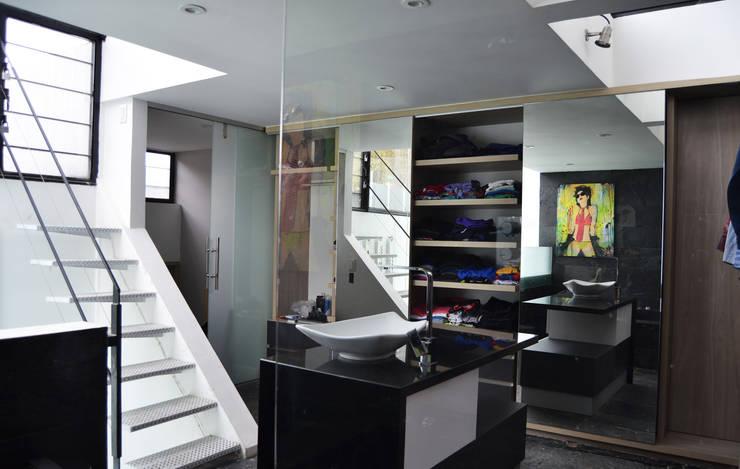 APARTAMENTO CIRCUNVALAR: Baños de estilo  por santiago dussan architecture & Interior design