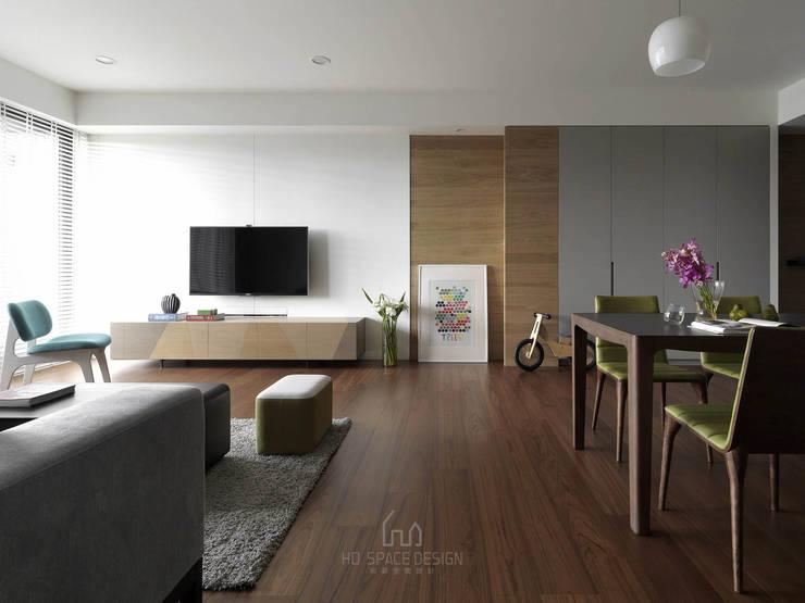大毅家風景L宅:  客廳 by Ho.space design 和薪室內裝修設計有限公司