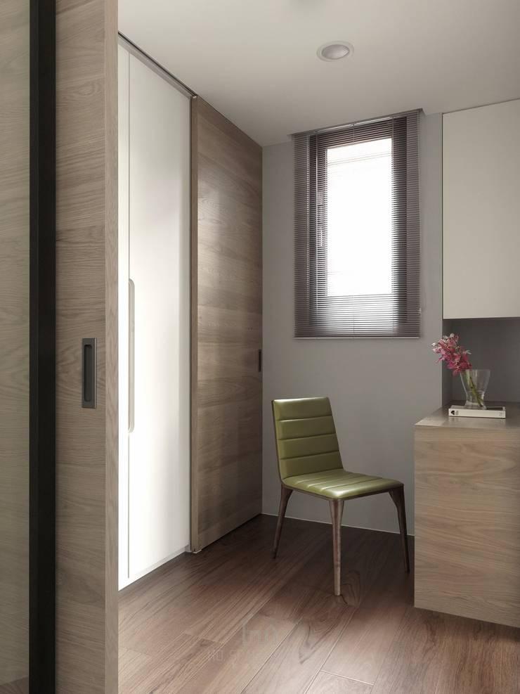 大毅家風景L宅:  更衣室 by Ho.space design 和薪室內裝修設計有限公司