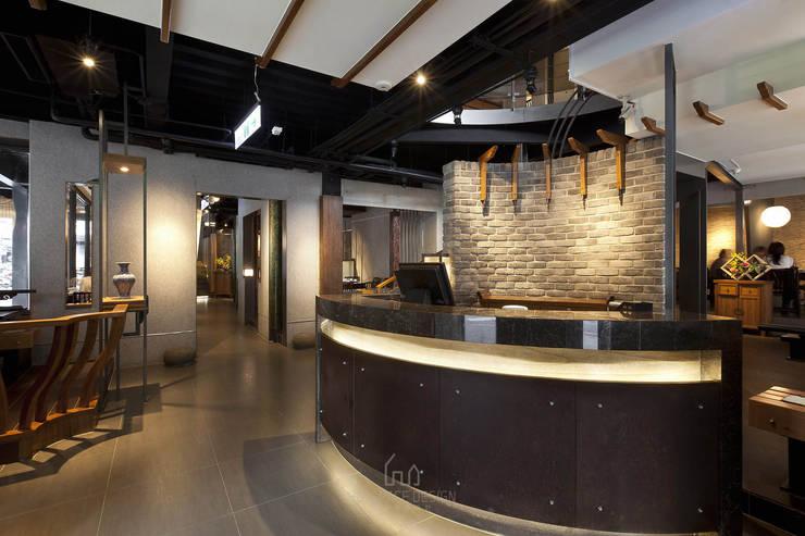 鼎王麻辣火鍋/高雄明華店:  餐廳 by Ho.space design 和薪室內裝修設計有限公司