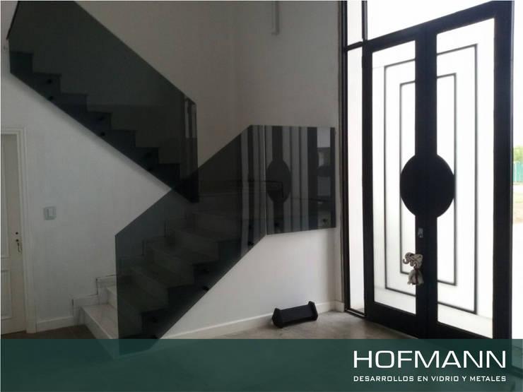 BARANDA DE VIDRIO TEMPLADO MODELO BOTONES NEGROS: Pasillos y recibidores de estilo  por HOFMANN - DESARROLLOS EN VIDRIO Y METAL,