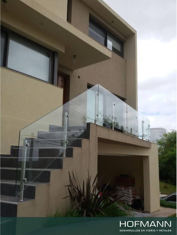 BARANDA DE VIDRI TEMPLADO MODELO POSTES Y BOTONES: Terrazas de estilo  por HOFMANN - DESARROLLOS EN VIDRIO Y METAL,