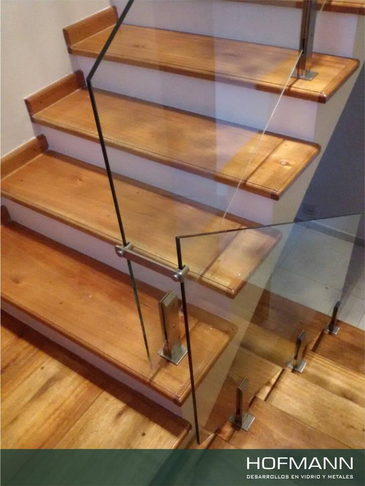 BARANDA DE VIDRIO TEMPLADO MODELO UÑAS: Pasillos, vestíbulos y escaleras  de estilo  por HOFMANN - DESARROLLOS EN VIDRIO Y METAL,