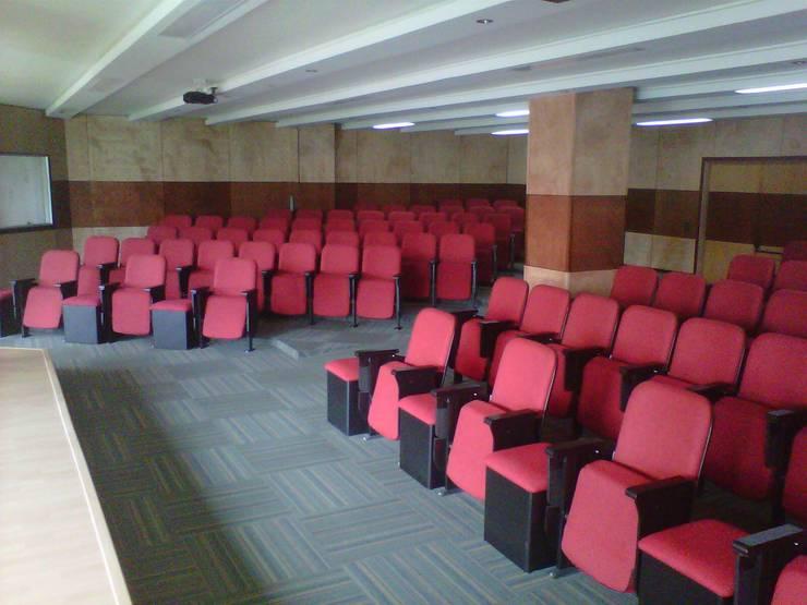 Ministerio de defensa en Bogotá: Estudios y despachos de estilo moderno por Metalmuebles