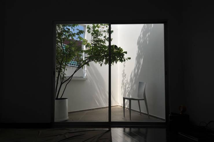DUY HOUSE:  Hiên, sân thượng by NBD ARCHITECTS
