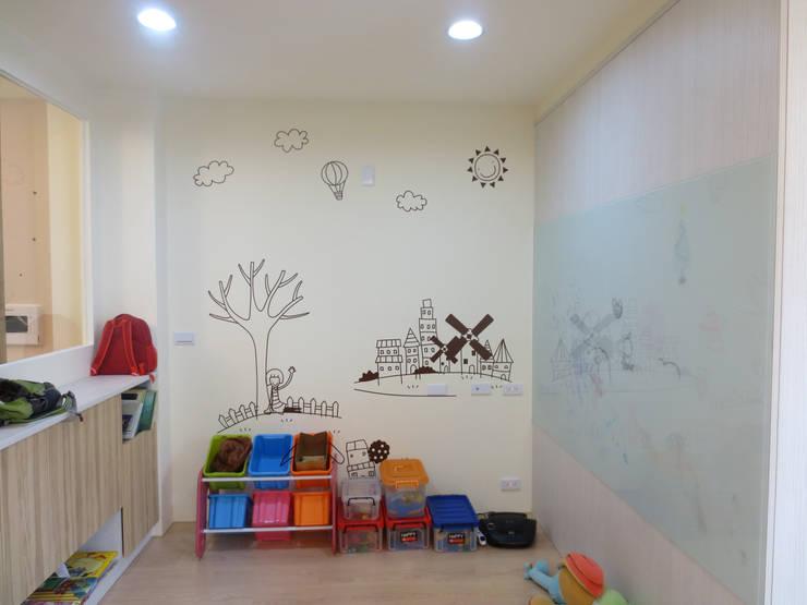 鄉景-李公館:  嬰兒房/兒童房 by 伊梵空間規劃設計
