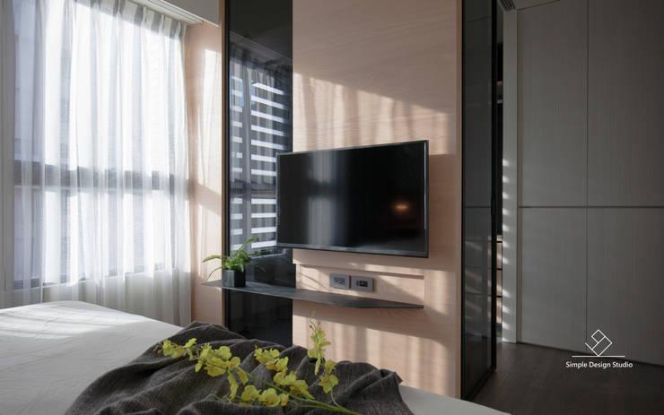 臥室電視牆:  臥室 by 極簡室內設計 Simple Design Studio