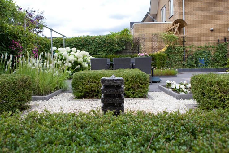 Moderne, onderhoudsvriendelijk, maar toch een groene tuin:   door Mocking Hoveniers