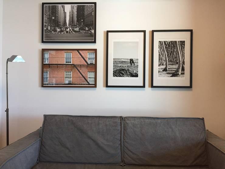 Detalhe sofá | Quadros: Salas multimídia  por branco arquitetura