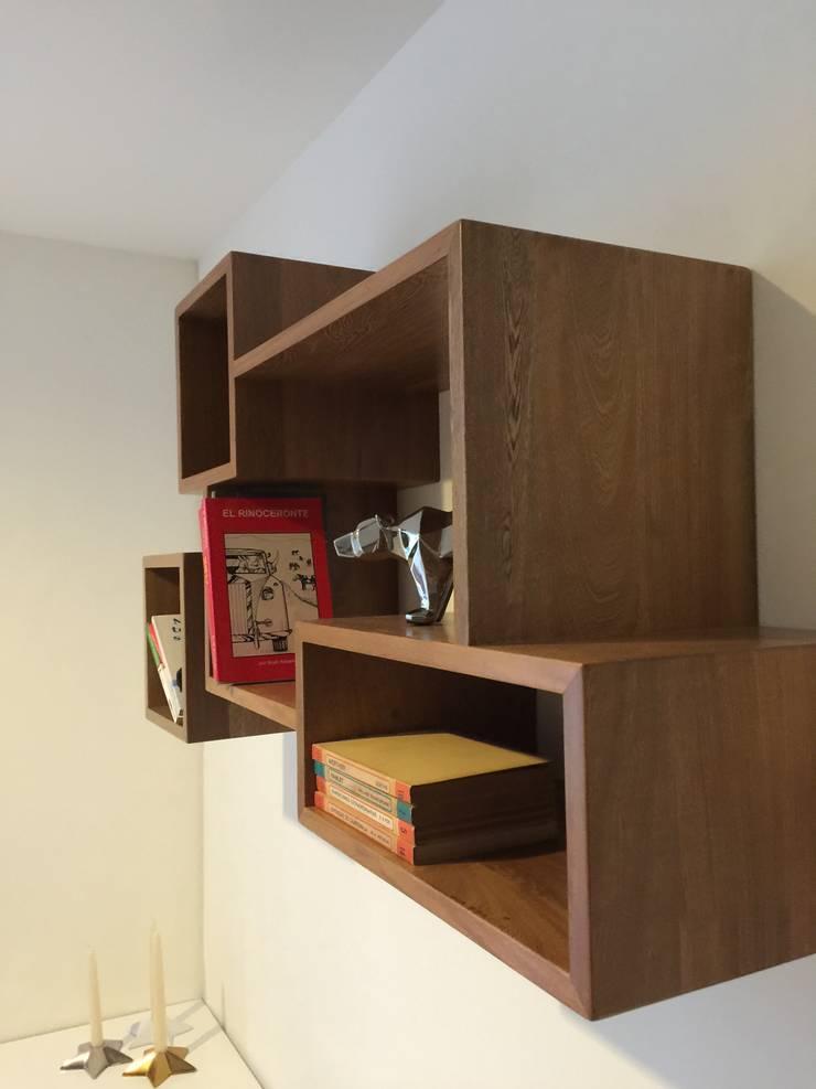 Repisas: Dormitorios de estilo  por Maria Mentira Studio