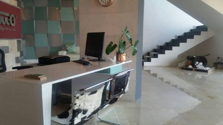 Showroom : Oficinas de estilo  por Grupo Cretto, C.A