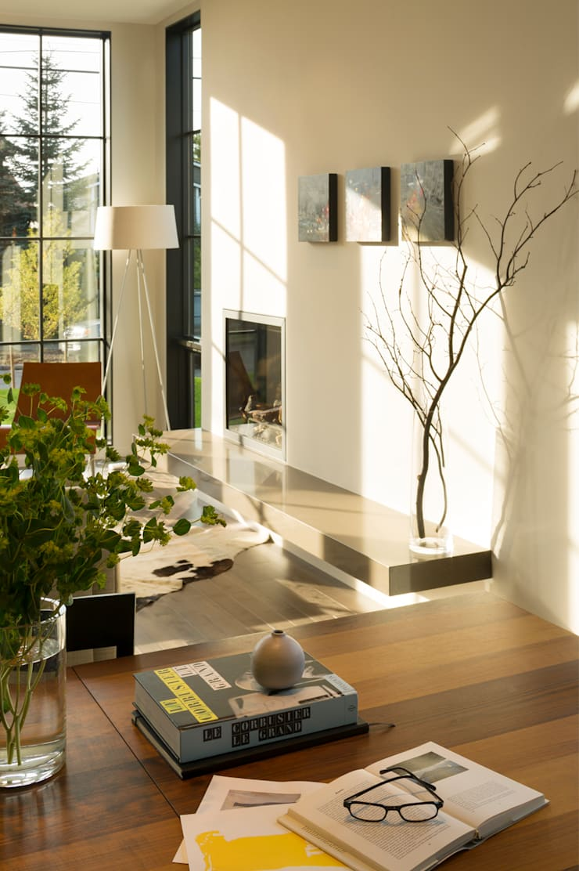 Magnolia House:  Living room by Rerucha Studio