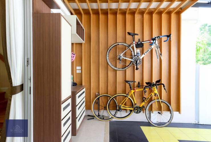 แปลงโฉมทาวน์โฮมธรรมดาให้อบอุ่น – โครงการ Vista Park พระราม5:   by BAANSOOK Design & Living Co., Ltd.