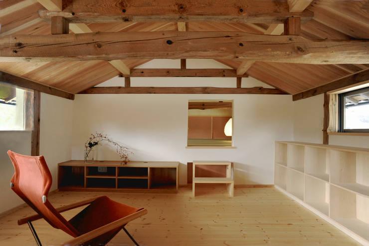 リビング: 神家昭雄建築研究室が手掛けたリビングです。,