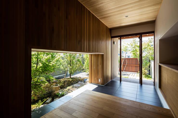 玄関: 神家昭雄建築研究室が手掛けた廊下 & 玄関です。,