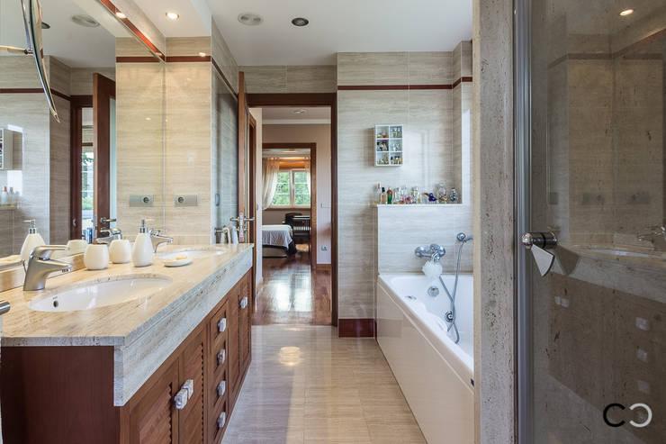 Baños de estilo  por CCVO Design and Staging