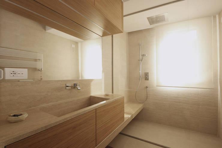 Bagno Moderno: Bagno in stile  di JFD - Juri Favilli Design