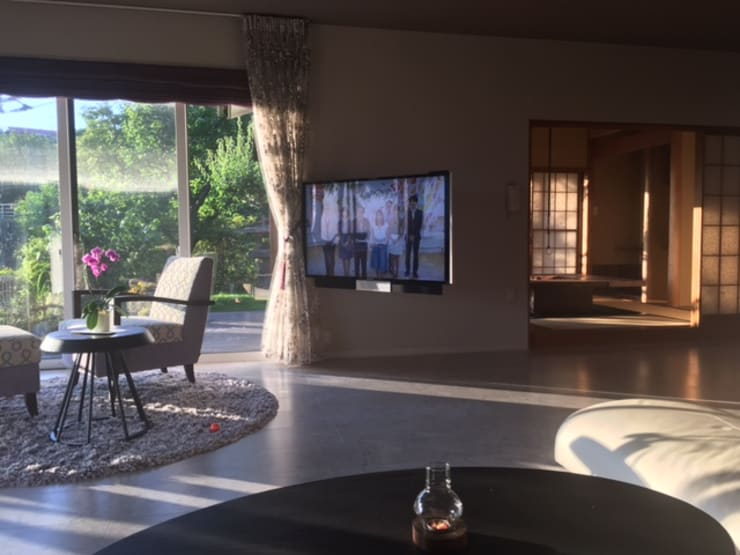 现代客厅設計點子、靈感 & 圖片 根據 株式会社ヴェルディッシモ 現代風