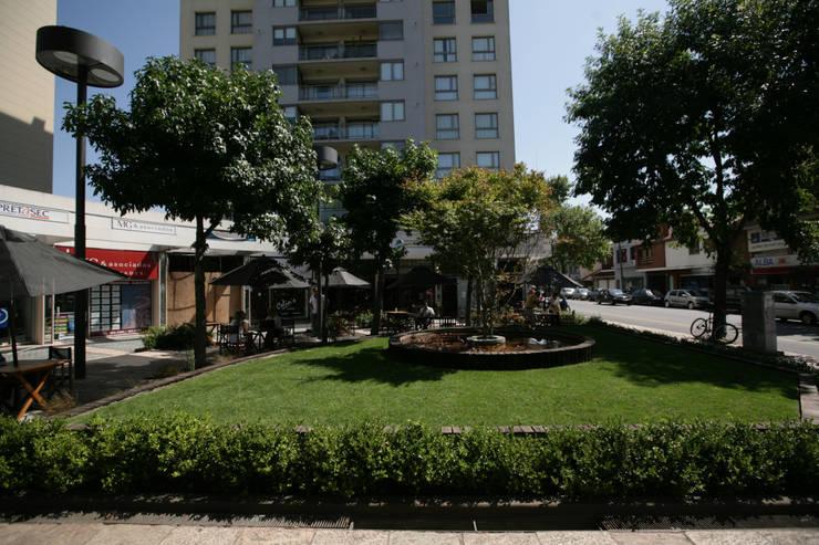 Plazoleta Cordoba y Alberti, Mar del Plata: Galerías y espacios comerciales de estilo  por Vivero Antoniucci S.A.