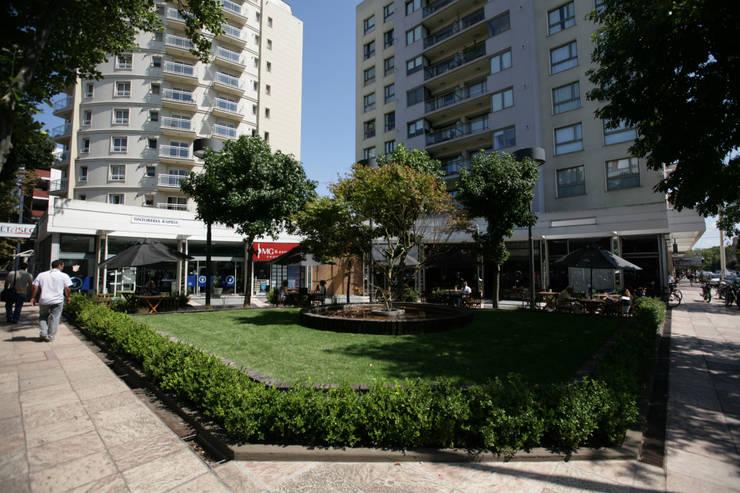 Plazoleta Cordoba y Alberti, Mar del Plata: Galerías y espacios comerciales de estilo  por Vivero Antoniucci S.A.,Moderno