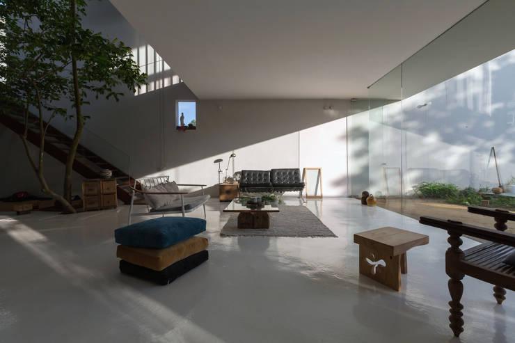 Projekty,  Salon zaprojektowane przez GERIRA ARCHITECTS