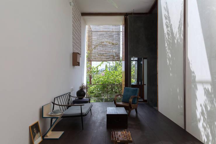 MA HOUSE:  Phòng khách by GERIRA ARCHITECTS