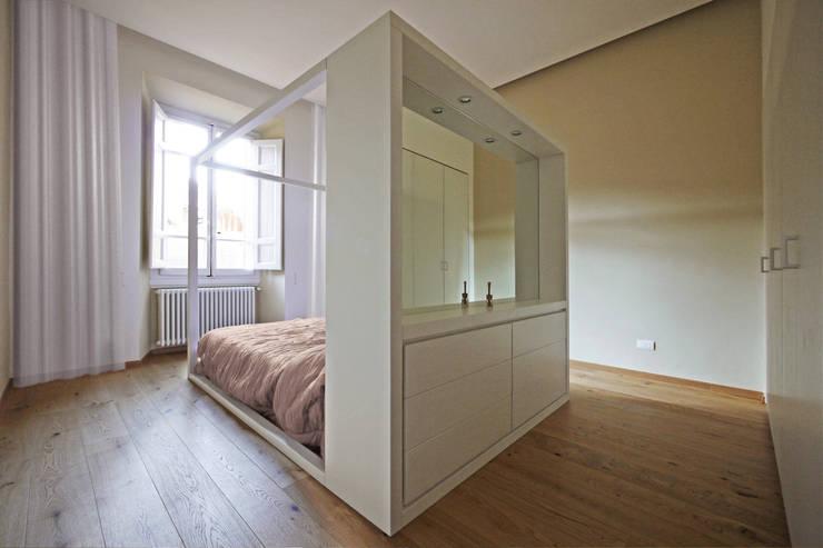 """Letto a baldacchino moderno con """"testata comò"""": Camera da letto in stile  di JFD - Juri Favilli Design"""