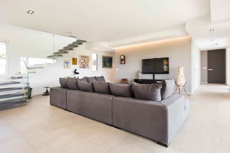 现代客厅設計點子、靈感 & 圖片 根據 Stefano Pedroni 現代風