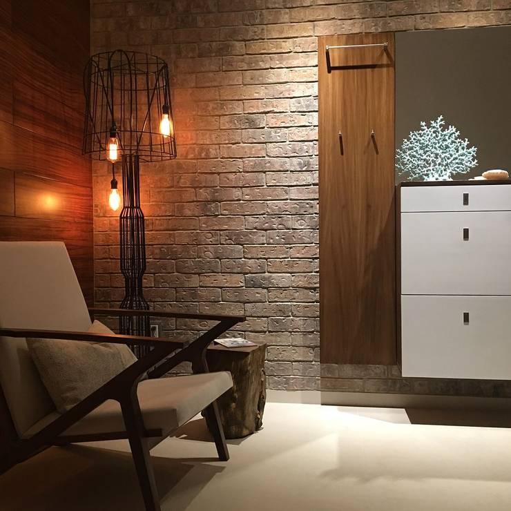 Ingreso: Pasillos y recibidores de estilo  por DECO designers