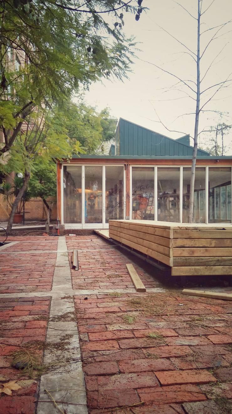 Detalles de bancas y nuevos espacios: Terrazas  de estilo  por C - Arq