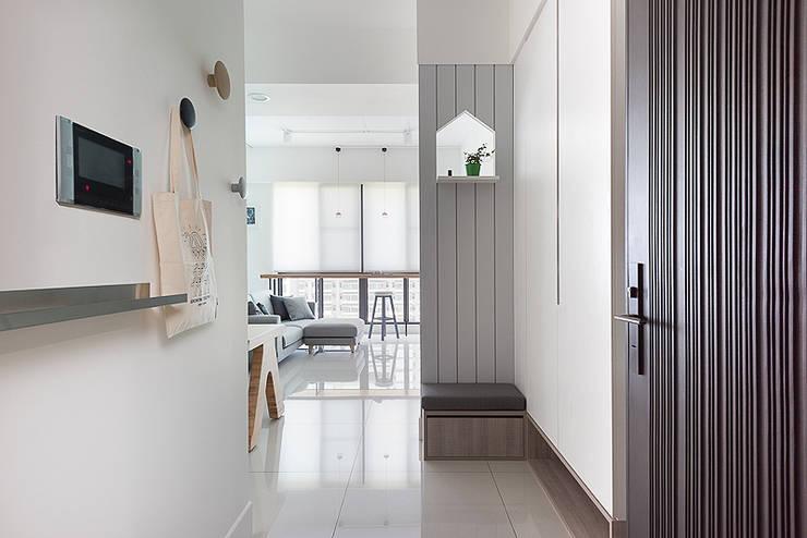 午後時光~純淨北歐:  走廊 & 玄關 by 倍果設計有限公司