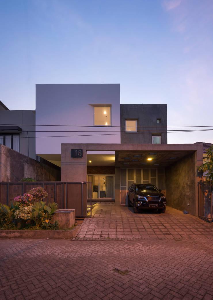 Eksterior Malam:   by CV Andyrahman Architect