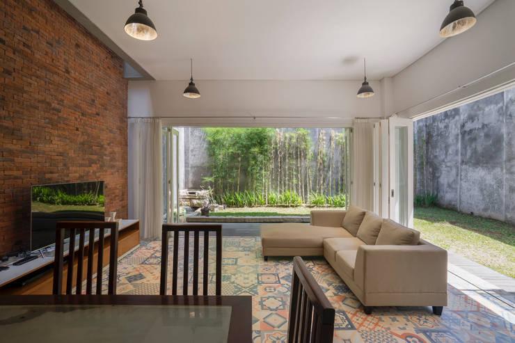 Ruang Keluarga & Ruang Makan View 1:   by CV Andyrahman Architect