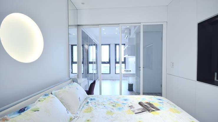現代風格寧靜休閒風:  臥室 by 瓦悅設計有限公司