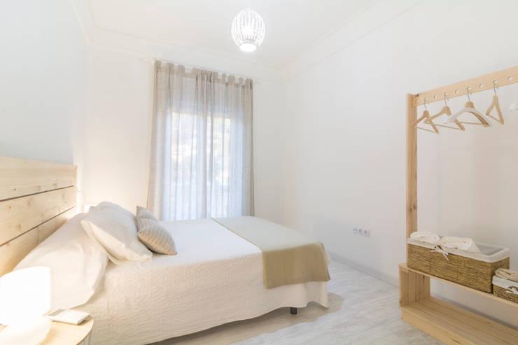 Dormitorio en Apartamento Turístico : Habitaciones de estilo  por Ópera de Domingo