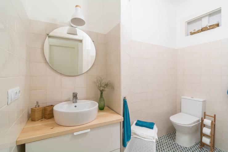 Baño Espacioso: Baños de estilo  por Ópera de Domingo