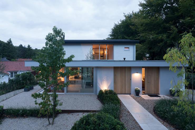 Puertas de entrada de estilo  por Bloot Architecture